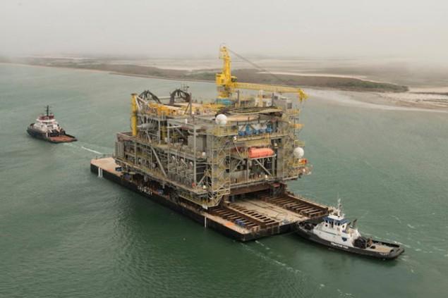 Barcaça transportando uma unidade de processamento de uma SPAR.