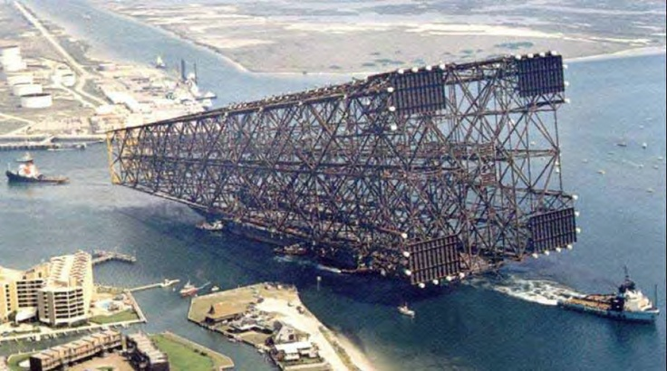 Barcaça transportando estrutura de uma plataforma fixa do tipo jaqueta.