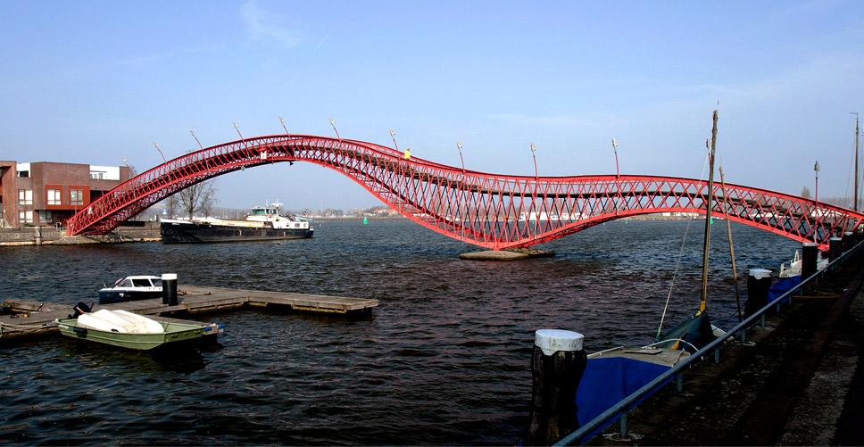 Ponte Red Python, em Amsterdã, Holanda