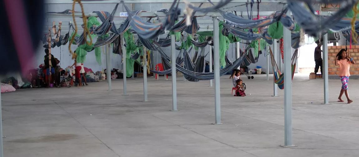 Galpão adaptado para abrigar refugiados venezuelanos no município de Pacaraima em Roraima