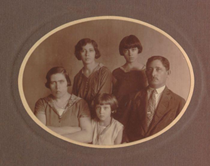 A família Lispector. Da esquerda para direita: Mania, Clarice e Pinkouss (sentados); Elisa e Tania (em pé). Recife, década de 1920.