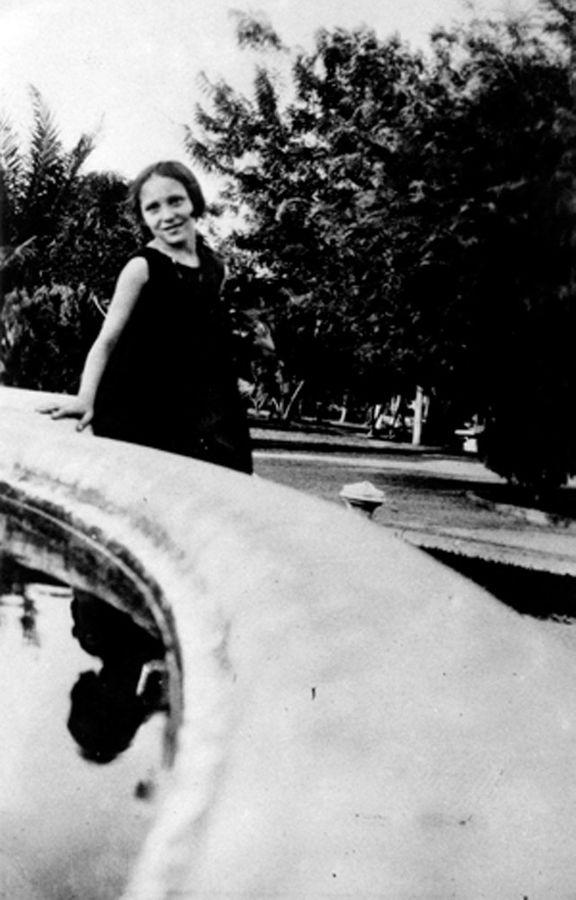 Clarice, no jardim Derby, veste luto pela morte da mãe. Recife, 1930.