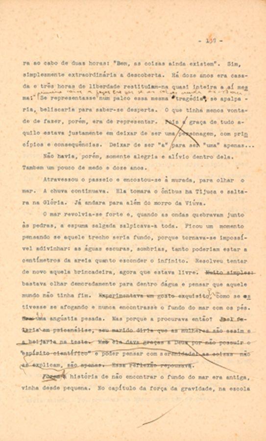 """Datiloscrito do conto """"A fuga"""", publicado postumamente no livro A bela e a fera (1979), com emendas manuscritas de Clarice."""
