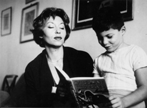 Clarice e o filho Paulo no apartamento do Leme. Década de 1960.