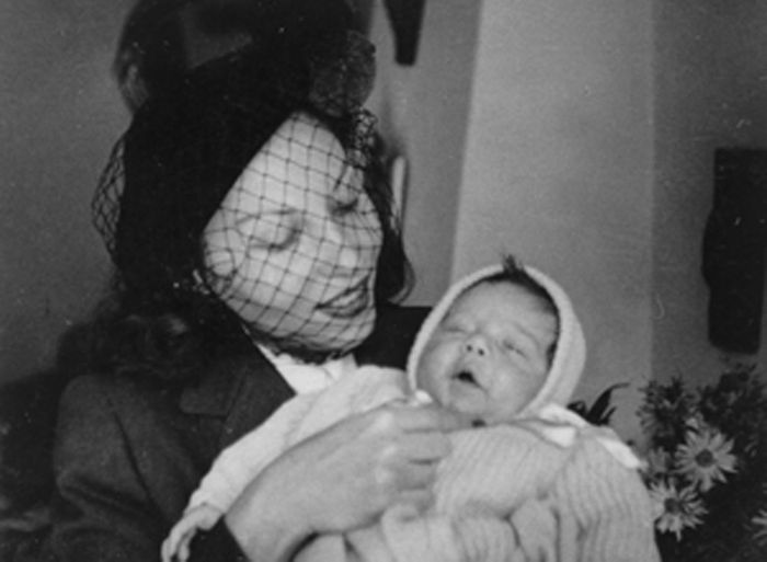 Clarice e o filho Pedro com 1 mês e 11 dias. Berna, 10.9.1948.