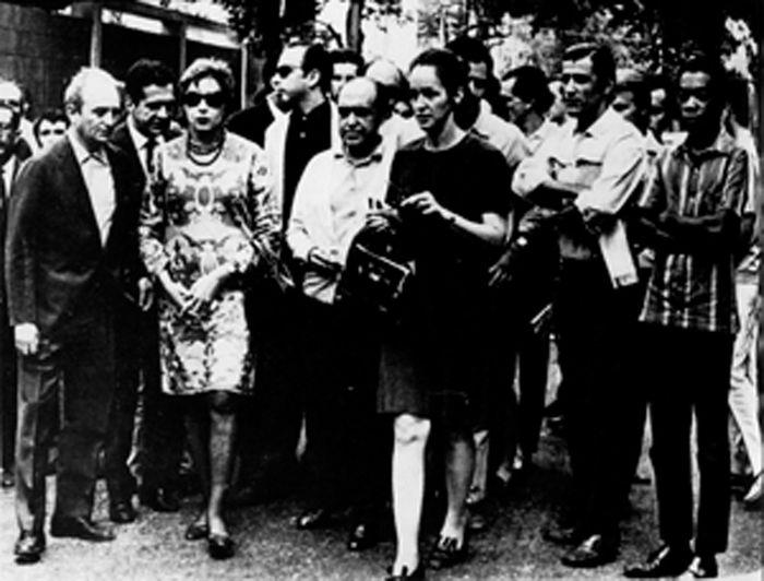 Clarice em passeata contra a ditadura militar. À sua direira, Carlos Scliar; à sua esquerda, Oscar Niemeyer, Glauce Rocha, Ziraldo e Milton Nascimento. Rio de Janeiro, 22.6.1968.