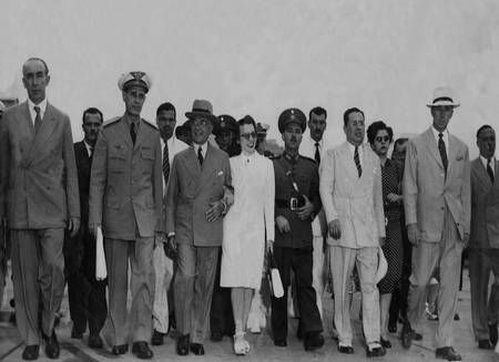 O ex-presidente Getúlio Vargas caminha para o avião que o levaria ao Rio Grande do Sul, em 30 de outubro de 1945