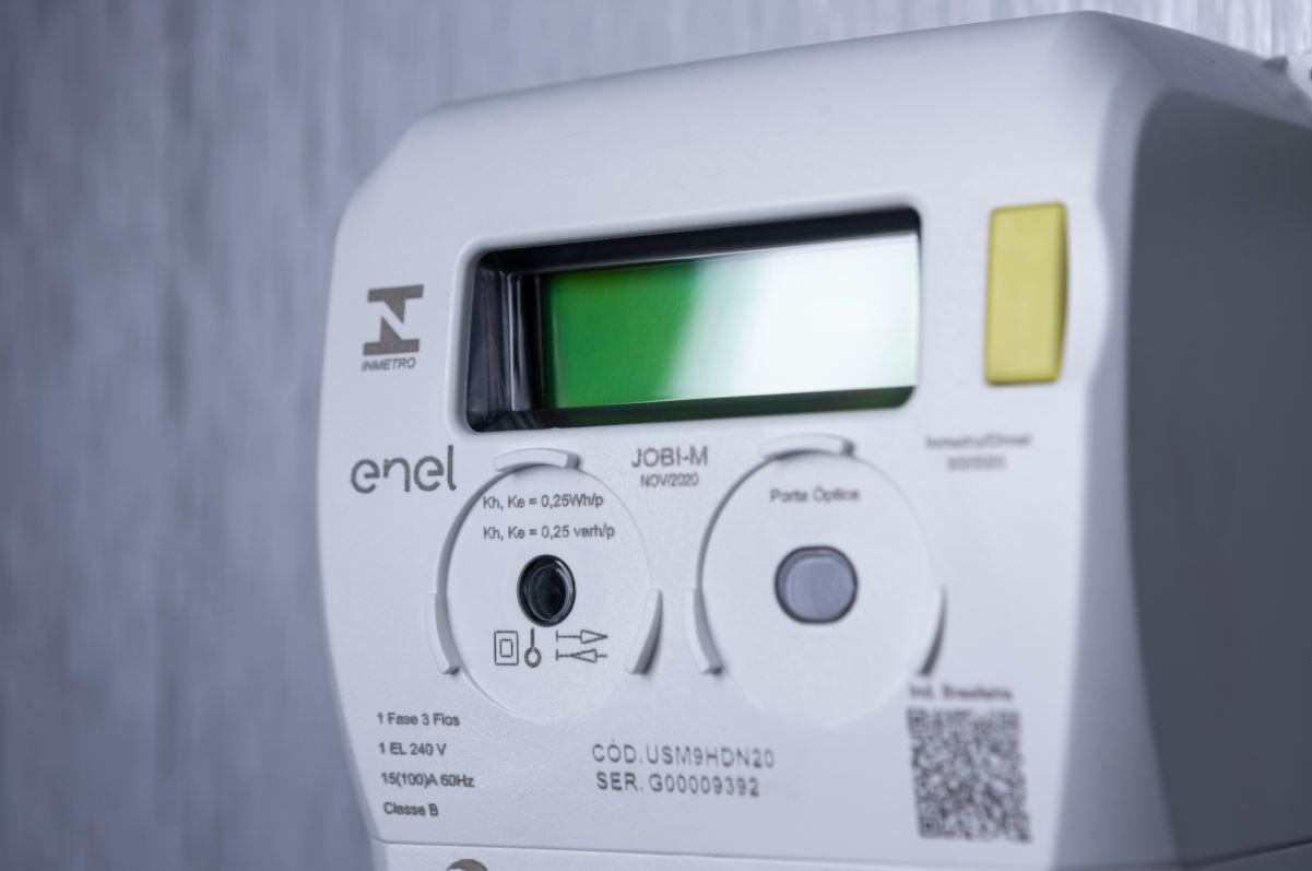 Foto em close up de um medidor de energia inteligente utilizado pela Enel