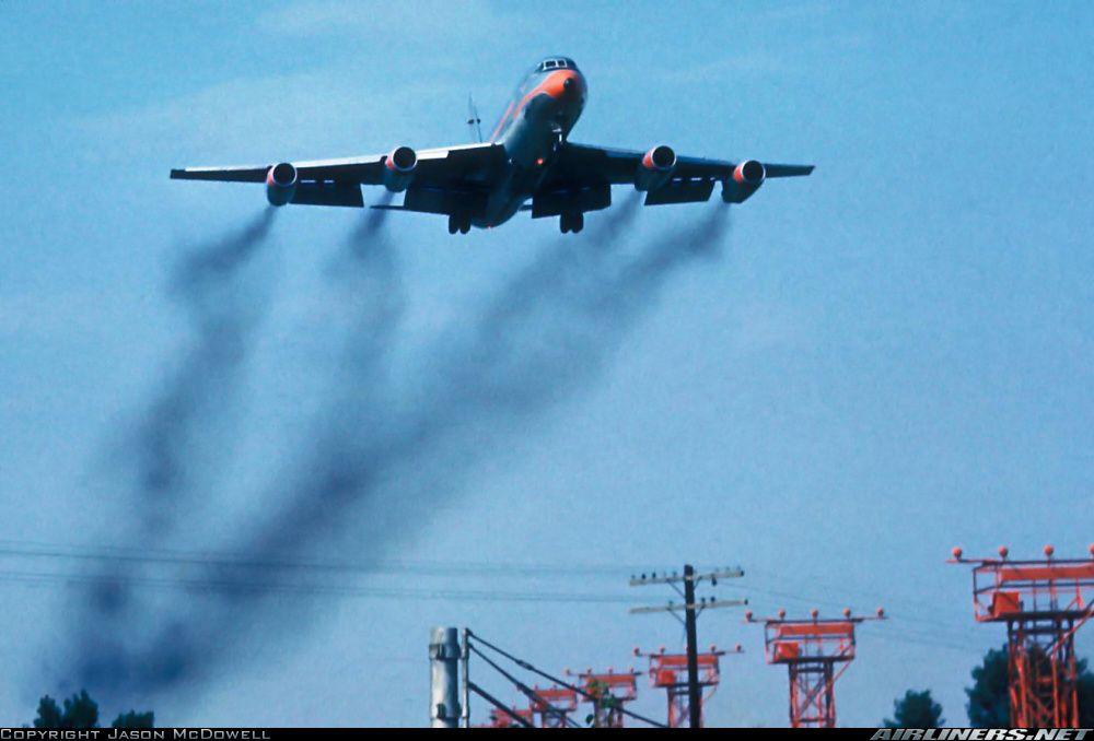 Aeronave do modelo Convair 990A pousando no aeroporto metropolitano de Wayne County, em Detroit no ano de 1965. Apesar da quantidade de fumaça emitida pelas turbinas, a aeronave estava em perfeito estado e não haviam avarias à mesma.