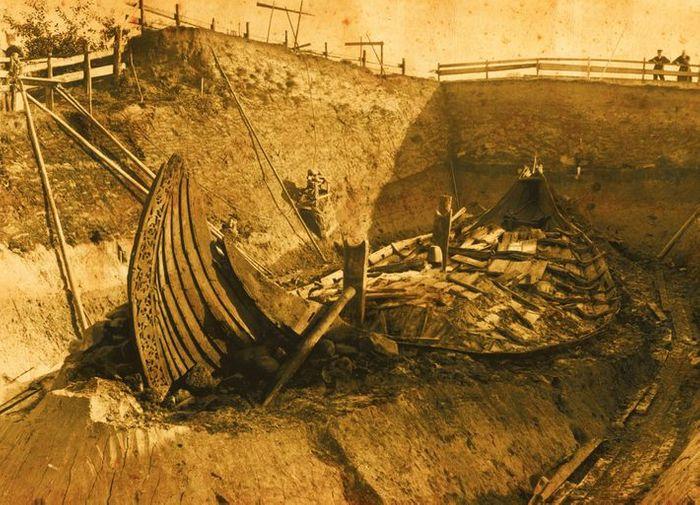 PRIMEIRAS IMAGENS DAS ESCAVAÇÕES O professor Gustafson e sua equipe escavaram cuidadosamente o barco e o retiraram do monte funerário em Oseberg em 1904.