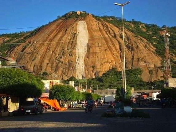 Cicatriz de rolamento de rocha na Serra de Brejo do Cruz, Pedra da Turmalina, PB.