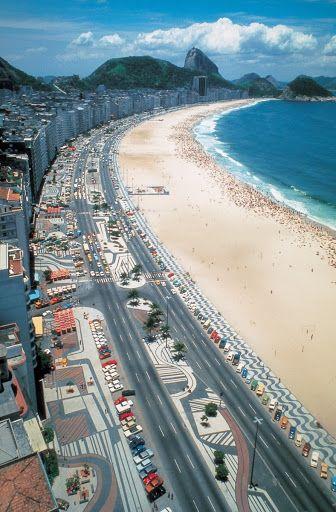 Calçadão de Copacabana, onde os padrões de pavimento abragem 4 km ao longo da Avenida Atlântica no Rio de Janeiro.