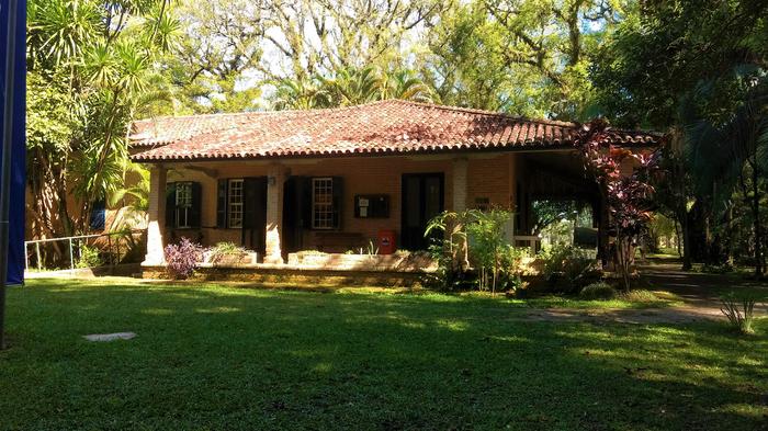 Vista lateral esquerda da casa do Museu do Folclore de São José dos Campos, Brasil. 9 de maio de 2017, Sofia de Almeida Sampaio