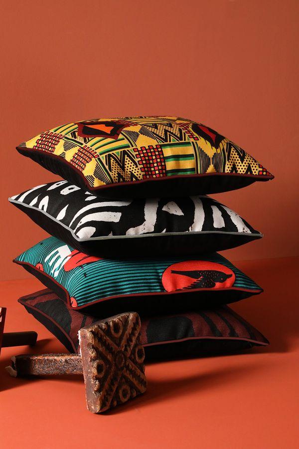 Capa de almofadas das marcas Westwing e Okan.