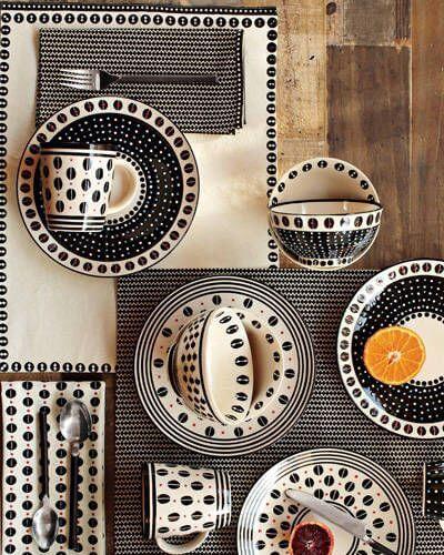 Aparelho de jantar preto e branco com estampas africanas via Elle Decor