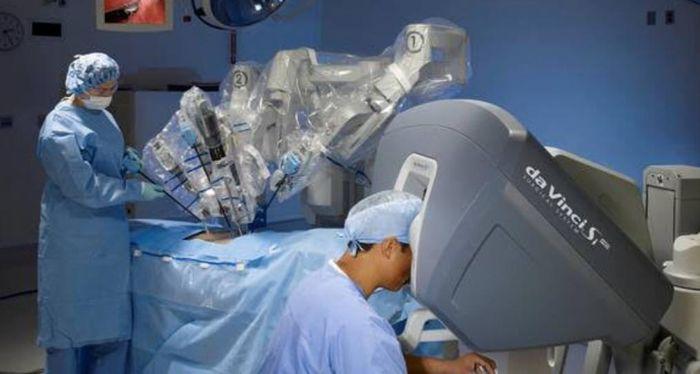 Médicos trabalhando em uma cirurgia computadorizada
